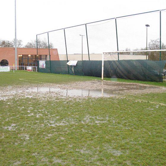 Terrain de foot inondé